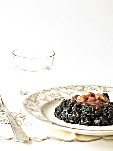 Risotto Nero Piccante con Gamberi glassati alla Vaniglia e Ribes Rosso
